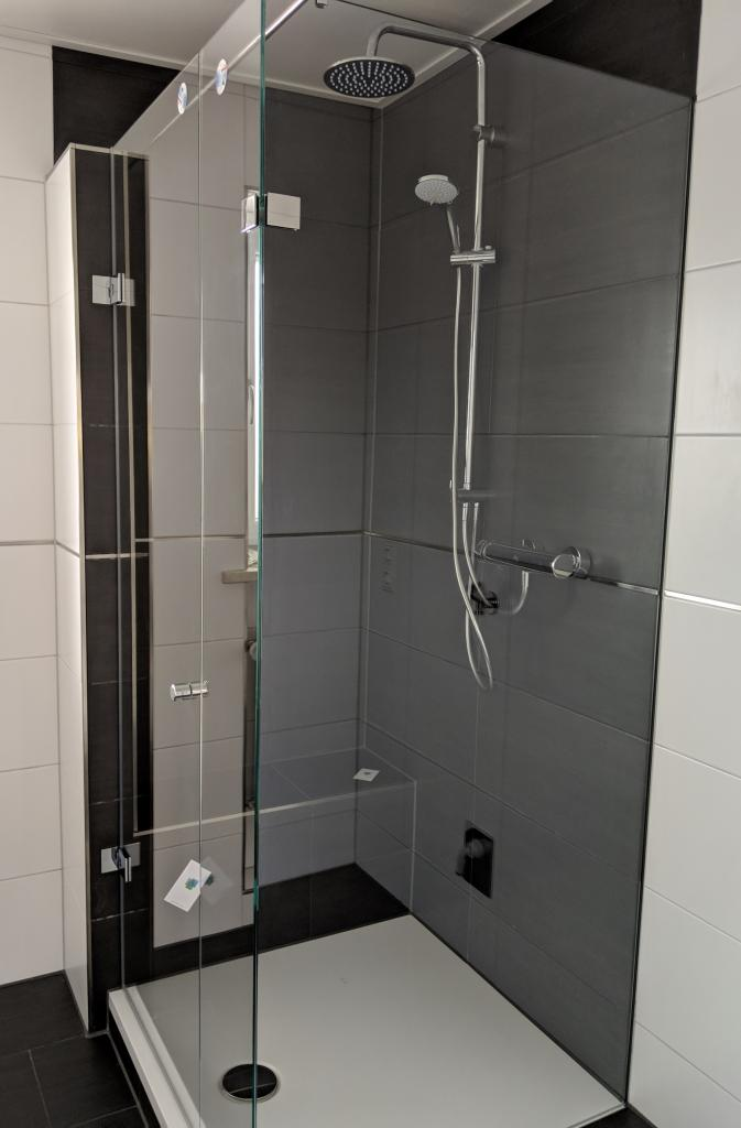 Dusche Glasdusche mit UV Verklebung Gehrung Komplettansicht