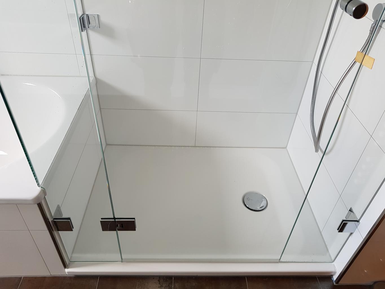 Badewannenanschluss der Glasdusche die beste Ausführung