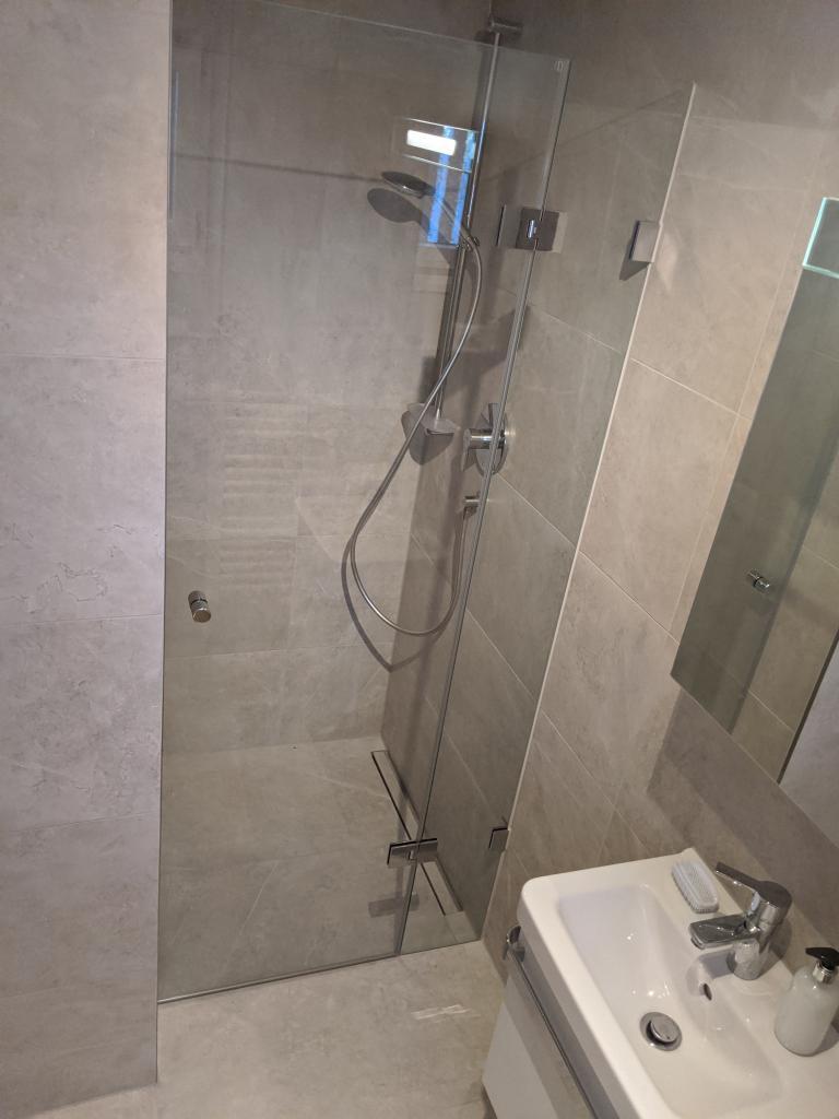 Badaufteilung mit einer Dusche in einer Nische festes Teil mit einer Türe daran Flamea plus
